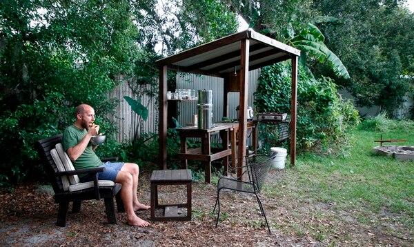 El estadounidense Rob Greenfield vive en el patio trasero de una casa cuyos dueños le permitieron usar el terreno para su proyecto. (Gregg Newton / AFP)