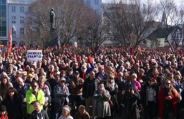 Manifestantes opositores al gobierno protestan frente al parlamento en Reikiavik