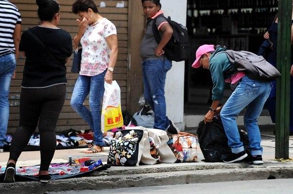 Los vendedores ambulantes han tomado zonas que antes no frecuentaban tanto. En la imagen, ventas ambulantes frente al Hospital San Juan de Dios. Fotos Melissa Fernández.