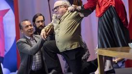 (Video) El actor Danny DeVito sufre estrepitosa caída durante una conferencia de prensa en México