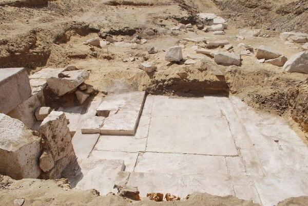 La pequeña pirámide, construida durante la decimotercera dinastía (1.802-1.640 a.C.), fue localizada en la necrópolis de Dahshur, al sur de la capital de Egipto.