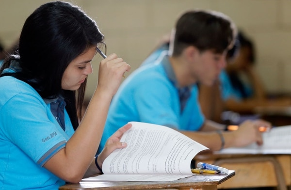 52.000 estudiantes de bachillerato realizaron este martes su prueba de redacción y ortografía del MEP. En la mañana, los directores y docentes los recibieron con desayuno, oraciones y discursos para matar los nervios previo a la prueba.