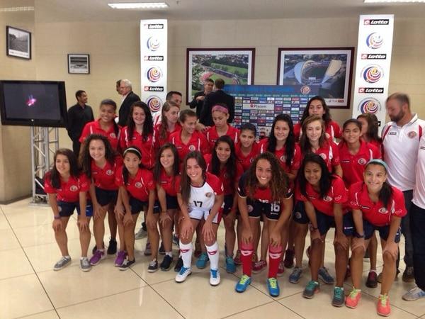 La Seleccion femenina sub 17 posó con el uniforme que utilizarán en el Mundial.