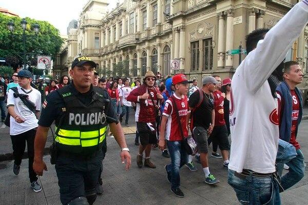 La Fuerza Pública vigila a los integrantes de La Ultra que van camino al estadio Ricardo Saprissa.