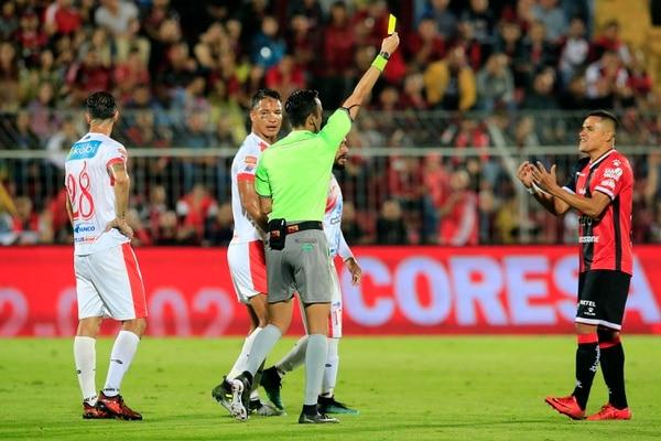 Róger Rojas recibió la cuarta tarjeta amarilla en la derrota de Alajuelense ante Santos. Fotografía: Rafael Pacheco