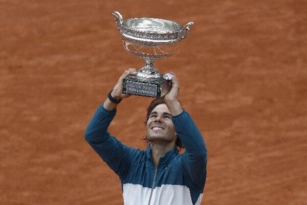 Rafael Nadal posa con el trofeo que conquistó ayer, su octavo en Roland Garros. / AFP
