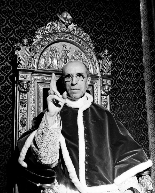 El papa Pío XII impartía una bendición en setiembre de 1945 en la Ciudad del Vaticano.