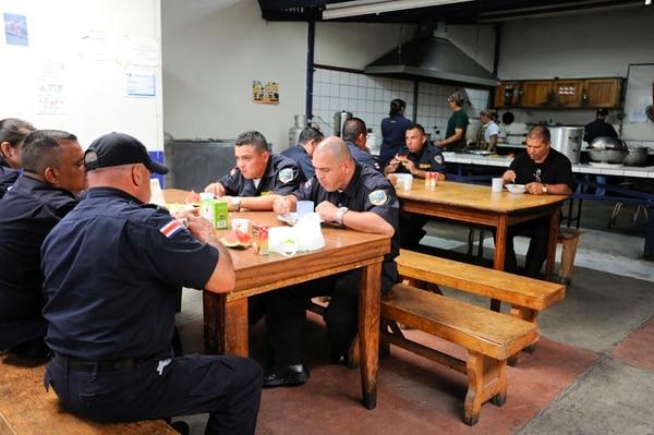 El viernes anterior se reunió un grupo de oficiales de Fuerza Pública para almorzar durante casi una hora. De postre comieron sandía. | LUIS NAVARRO.