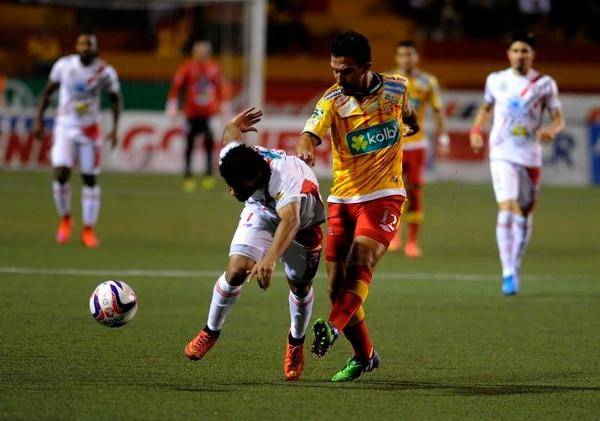 El jugador del Santos Kenneth Dixon protege el balón ante la marca del volante de Herediano Randall Azofeifa.