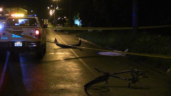 Conductor dejó el bumper del vehículo con el que atropelló y mató al ciclista en El Roble de Puntarenas.