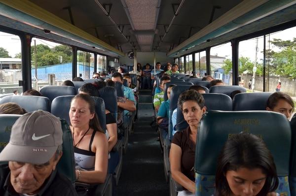 Un bus salió ayer a las 2:30 p.m. de la capital rumbo a Loma Larga, en Corralillo de Cartago. | MARIANDREA GARCÍA PARA LN
