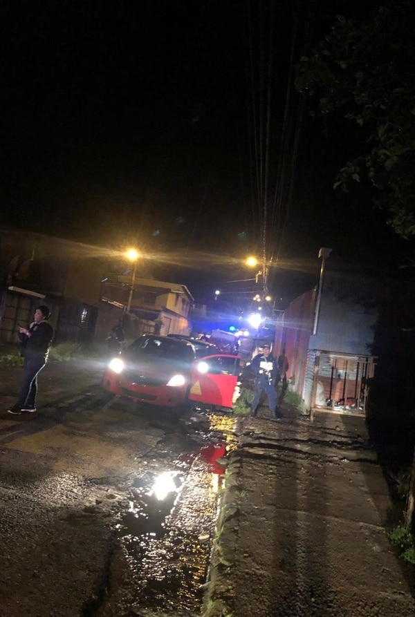 Un sujeto que manejaba un taxi sin placas fue detenido, mientras que los dos que viajaban en el auto robado huyeron del sitio. Foto cortesía OIJ.