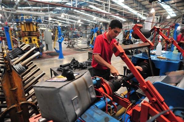 Óscar Quirós labora en Firestone Industrial Products, instalada desde el 2010 en una zona franca en Turrialba, donde la empresa produce resortes de aire para la suspensión de camiones. | ARCHIVO/JORGE CASTILLO.