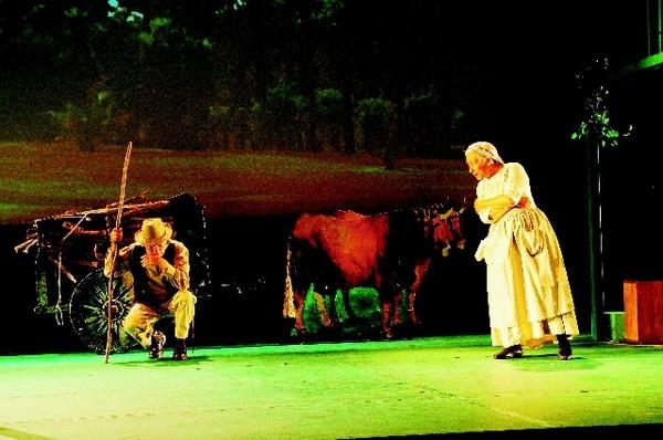 Los actores Luis Fernando Gómez y Eugenia Chaverri sacan las risas del público. Marvin Caravaca / archivo.Dupla.