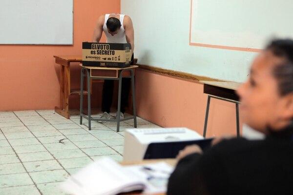 Cesar Felipe Chaves Cerdas, un privado de libertad en San Sebastián, voto a las 8.45 a.m. en la mesa 59. . Foto Alonso Tenorio