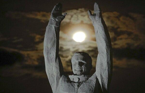 La superluna en Baikonur, Rusia. / AP