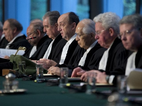 El presidente del tribunal, Peter Tomka, (centro) esta mañana en La Haya mientras leía el fallo.   AFP.