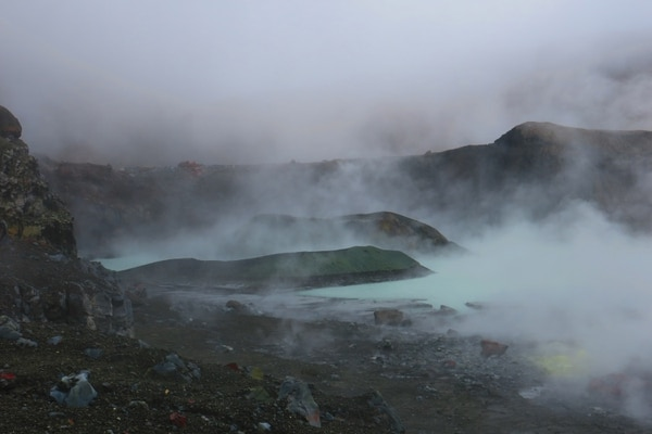 El 18 de febrero anterior se podía observar el lago y el cono de piroclastos que se formó durante el 2017. También se aprecia la pared llena de azufre (amarillo-verde), y se ve como el nivel del lago empieza a bajar. Foto de Raul Mora