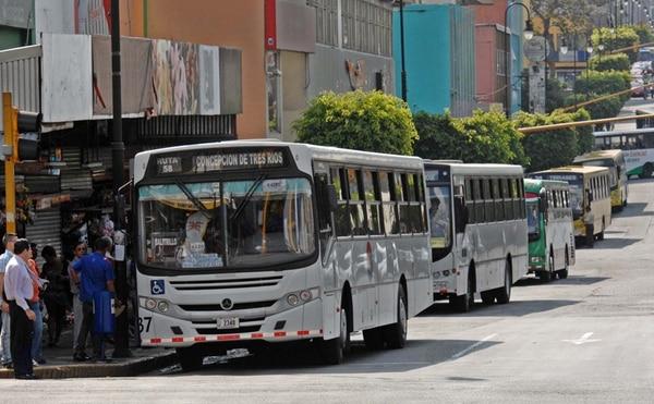 Actualmente, en el país existen unos 8.000 autobuses regulados por el Consejo de Transporte Público (CTP). Alrededor de 4.000 más están fuera de esa regulación, pues dan servicios privados o como piratas.   ARCHIVO.
