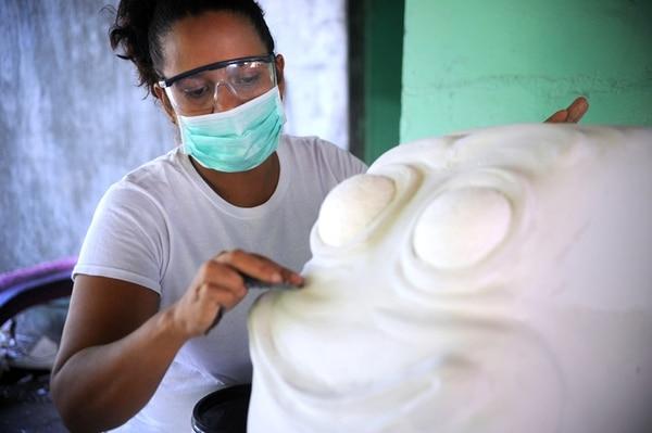 Talento local. Lilliana Duarte trabaja en la Municipalidad de Puntarenas como contadora; además, tiene talento para el trabajo manual, pero nunca había asumido el reto de elaborar una carroza, hasta ahora. Alonso Tenorio