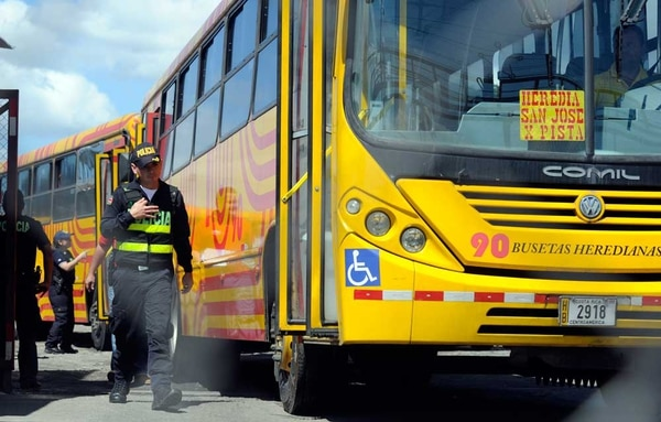 La Policía de Migración detuvo a tres choferes de bus de la empresa Busetas Heredianas por tener su situación irregular. Ellos serán deportados a Nicaragua y la autobusera se expone a una multa.