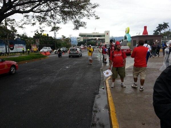 Los revendedores rodean el Estadio Nacional con la esperanza de vender sus últimos boletos. | GABRIEL VARGAS.