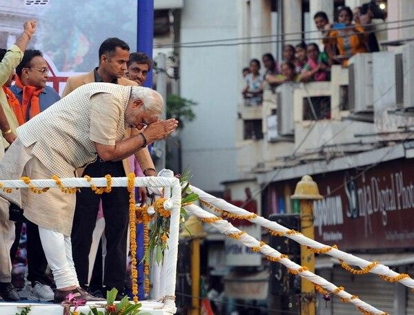 El jefe del Gobierno del estado occidental de Gujarat y del partido opositor Bharatiya Janata Party (BJP), Narendra Modi, presenta respetos a sus seguidores, en la ciudad de Vadodara, tras el triunfo electoral. | AFP
