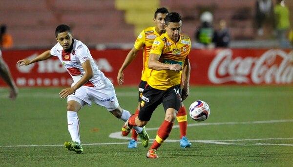 Luis Miguel Valle de Alajuelense marca al volante de Herediano José Miguel Cubero en el partido de ida de la serie semifinal.
