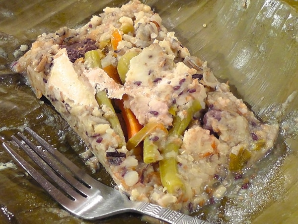 Este es un tamal con el sello de Jill Paer. Ella experimentó la receta tradicional variando la masa de maíz por una masa de chayote sazón que ella inventó. Fotografía: Cortesía Jill Paer.