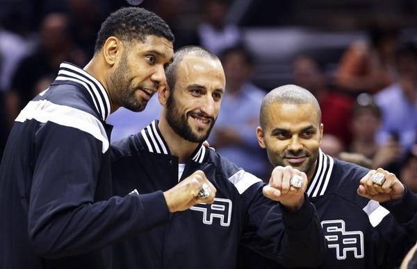 Los jugadores de los San Antonio Spurs levantan el anillo de campeones.