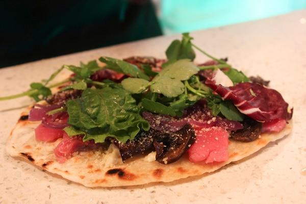 El 'Tuna Frisby' es una especie de pizza pequeña que sirve como una entrada, la cual rinde para una o dos personas.