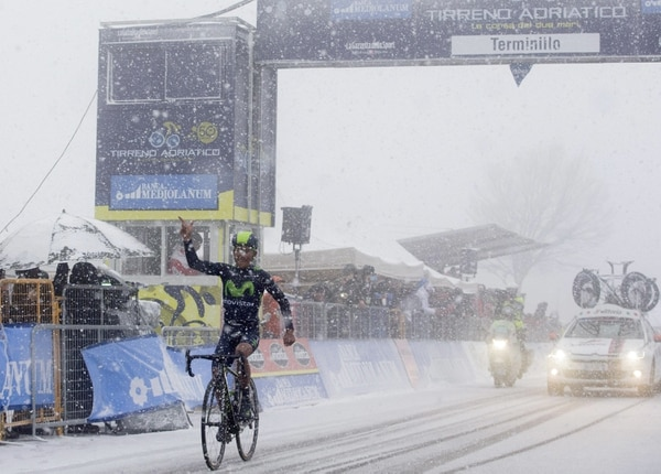 Nairo Quintana ganó entre la nieve.