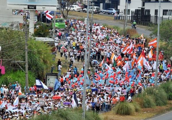 Los sindicatos del sector público convocaron a una huelga el próximo 25 de febrero. En la foto, una manifestación de marzo del 2013. | ALONSO TENORIO/ARCHIVO