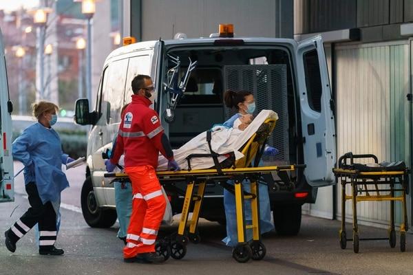 Paramédicos introducían a un paciente en el Hospital General de Burgos, España, este miércoles 25 de marzo del 2020.