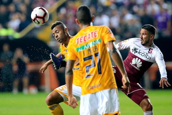 Rafael de Souza pelea la pelota con Marvin Angulo, volante morado. Fotografía: Rafael Pacheco.