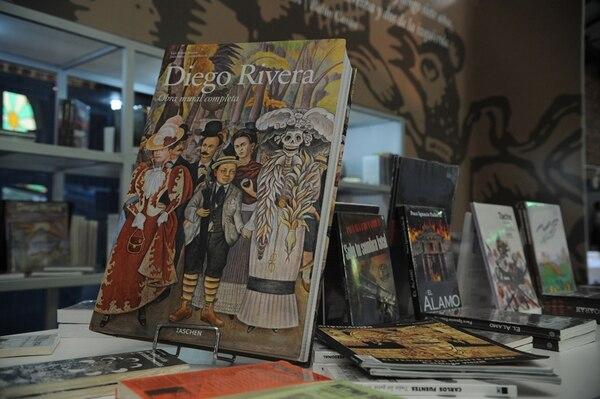 Clásico. El puesto de México ofrece libros de sus artistas. Albert Marín.