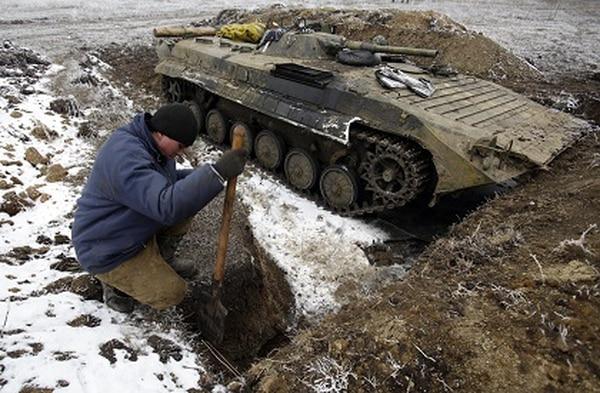 Un militar ucraniano cavaba una trinchera mientras las fuerzas gubernamentales tomaban posiciones en las cercanías de la ciudad de Debáltsevo, horas antes del inicio del alto el fuego.