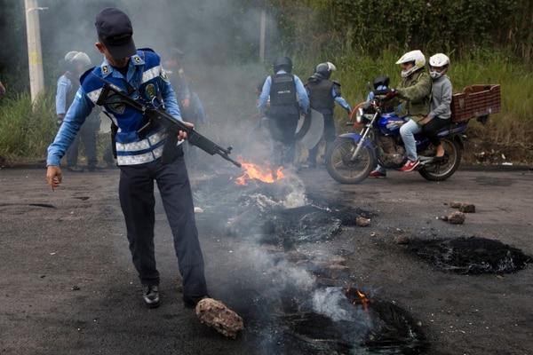 Soldados limpiaron una barricada erigida por opositores que bloquearon la carretera al Valle de los Ángeles, en las afueras de Tegucigalpa, Honduras.