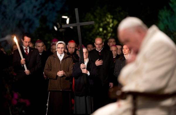 El actitud de oración, el papa Francisco presidió el Vía Crucis en los alrededores del Coliseo romano.