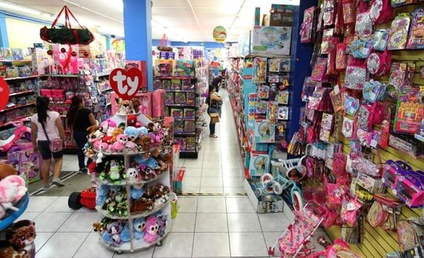 09/12/2017.San Jose. La compra de juguetes se dispara en esta epoca del año. Cientos de papas buscan el mejor regalo para sus hijos. Libreria Rodolfo Leiton. Fotografia: Graciela Solis