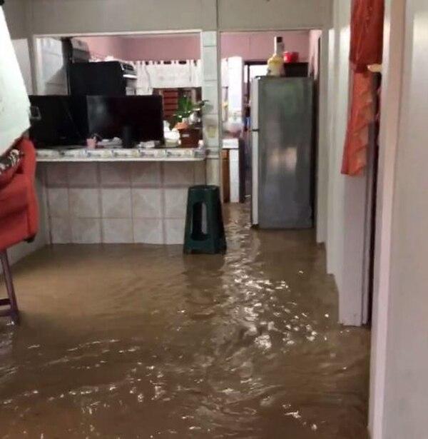 En cuestión de una hora los vecinos de Upala vieron cómo el agua entraba a sus casas, poco antes de las 5 a. m. Foto: suministrada por Edgar Chinchilla.