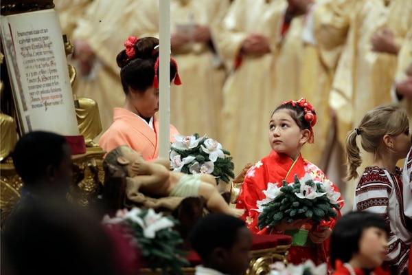Niñas acompañaron la imagen del Niño Jesús en la Basílica de San Pedro, en Roma, durante la Misa de Gallo. Foto de Alessandra Tarantino, AP.