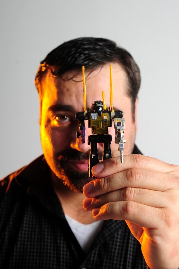 El recuerdo preciado. El Insecticon fue el primer Transformer que compró el coleccionista Alejandro Murillo, cuando cursaba su primer año de colegio. Le costó ¢3.700 en la tienda Universal; ahorró a punta de sacrificios. Gabriela Téllez.