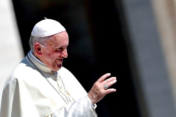 Papa Francisco saluda a los fieles durante una audiencia general semanal en la plaza de San Pedro, en el Vaticano, el 12 de setiembre del 2018. Foto: AFP