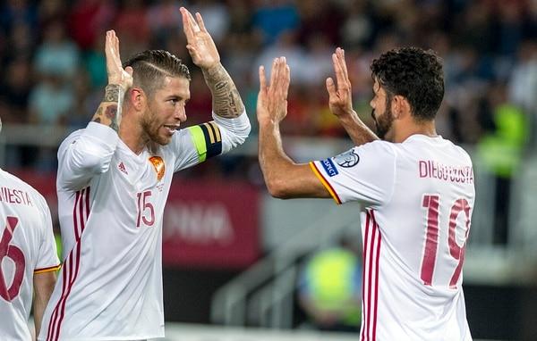 Sergio Ramos y Diego Costa celebran el triunfo ante Macedonia