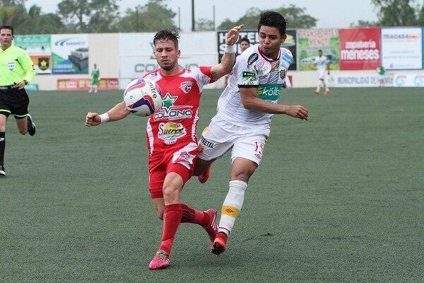 Javier Loaiza de Santos y Alexander Larín de Herediano, disputa el balón durante el juego en el Ebal Rodríguez.
