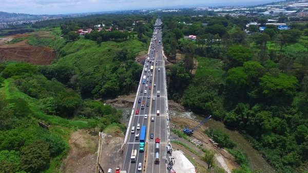 La ampliación del puente Alfredo González Flores, sobre la autopista General Cañas, empezó en febrero del 2016 y se concluyó casi tres meses después de lo previsto, en mayo del 2017.