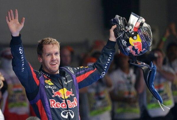 Extasiado, Sebastian Vettel celebra su triunfo en India, y su corona.   AP