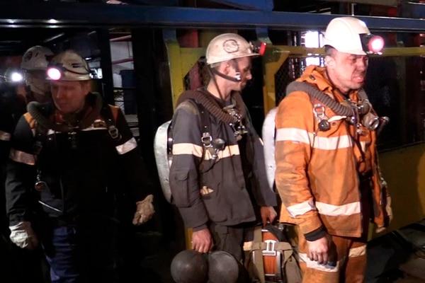 Personal de socorro sale de uno de los elevadores de la mina de Vorkuta, donde se produjo la tragedia. | AP