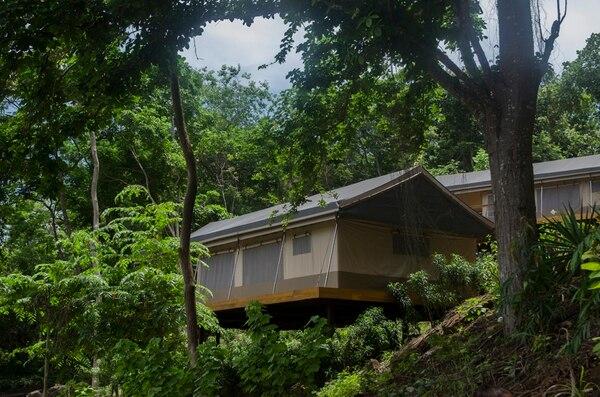 Las tiendas de campaña, el único tipo de habitación que ofrece Isla Chiquita, cuenta con una cama matrimonial King Size y un baño con ducha con agua caliente. Las tiendas miden alrededor de 35 m2., y tiene una amplia terraza para pasar el rato.